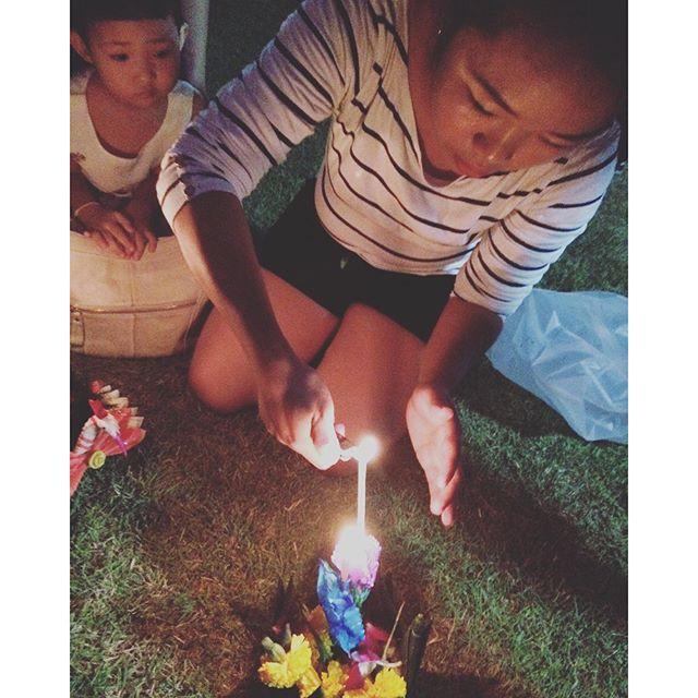 Kanchi and Mimi lighting a Krathong